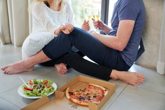 Paar met romantisch diner