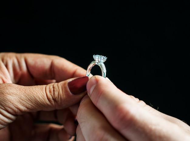 Paar met verlovingsring