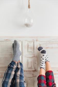 Paar met voeten op muur op valentijnsdag