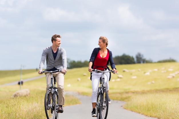 Paar met zeekust fietstocht bij steiger