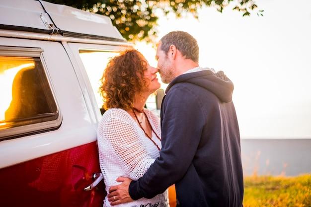 Paar middelbare leeftijd volwassen man en vrouw zoenen met liefde buiten tijdens reisvakantie