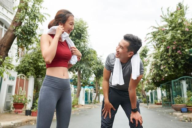 Paar moe na het hardlopen