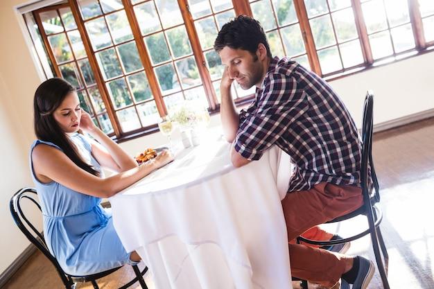 Paar negeren elkaar in restaurant