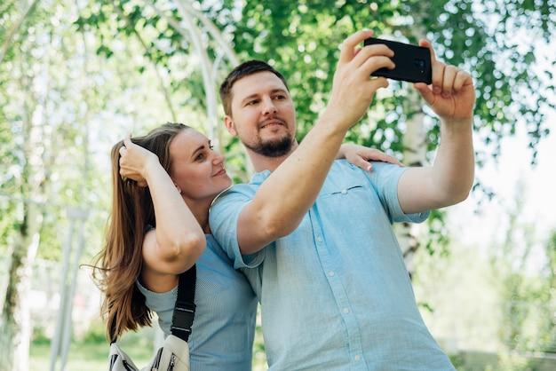 Paar nemen selfie in berk bos