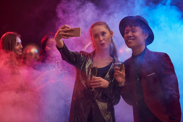 Paar nemen selfie in nachtclub