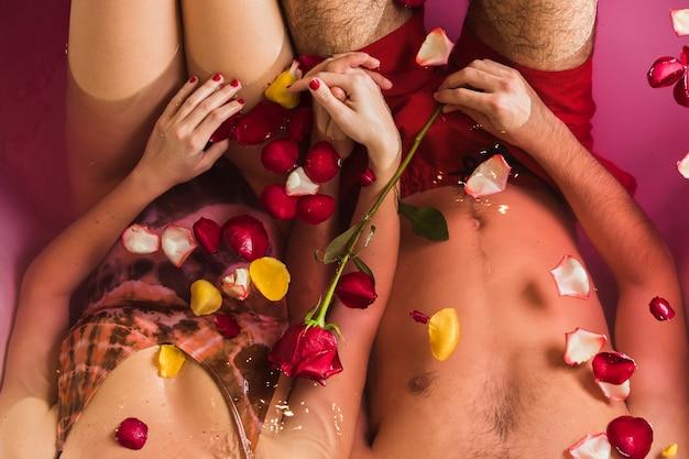 Paar nemen van een bad op valentijnsdag