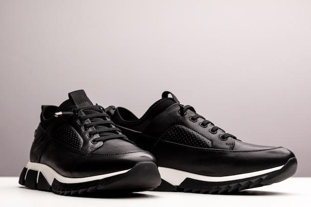 Paar nieuwe merkloze zwarte sportloopschoenen, sneakers of trainers geïsoleerd op een witte achtergrond.