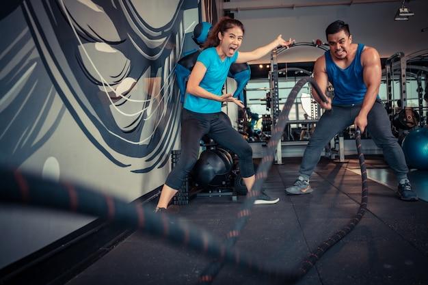 Paar oefenen in de sportschool