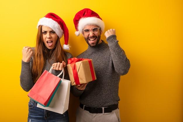 Paar of vrienden houden geschenken en boodschappentassen verrast en geschokt