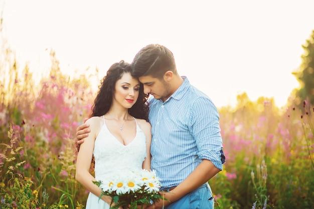 Paar onder bloemen weide