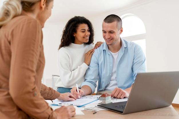 Paar ondertekening contract voor nieuw huis