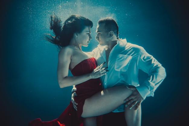 Paar onderwater zwemmen