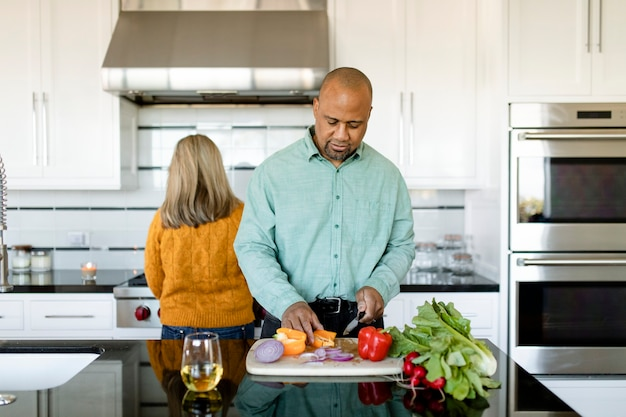 Paar ontbijt samen thuis koken