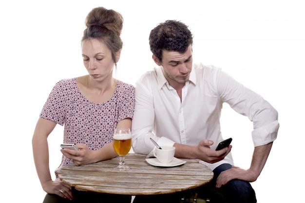 Paar ontevreden op het terras van een café