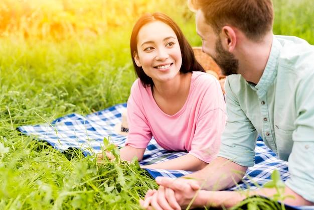 Paar ontspannen op picknick