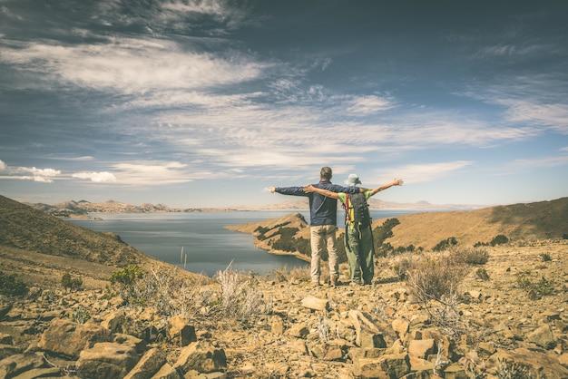 Paar op eiland van de zon, titicaca lake, bolivia
