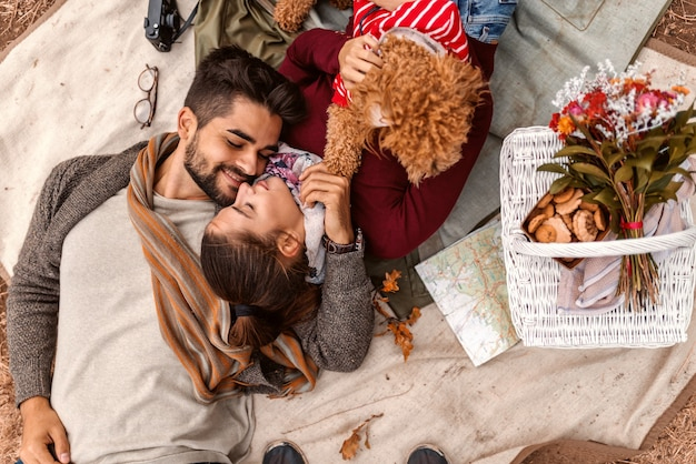Paar op picknick tot vaststelling van de deken met hun hond