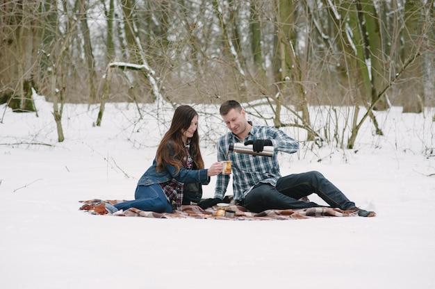 Paar op sneeuw