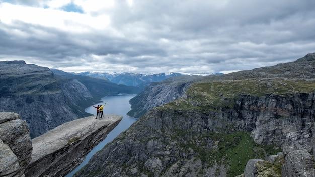 Paar op trolltunga in noorwegen