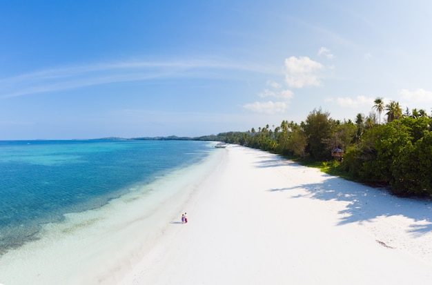 Paar op tropisch strand in pasir panjang, kei-eilanden, tropische archipel indonesië,