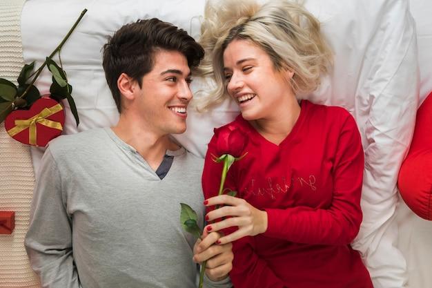 Paar op valentijnsdag ochtend