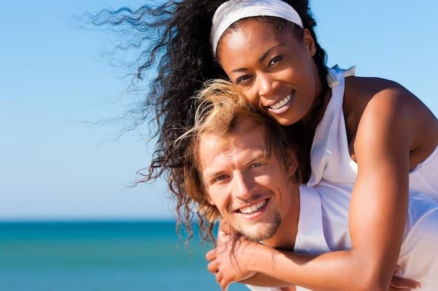 Paar op zonnig strand in de zomer
