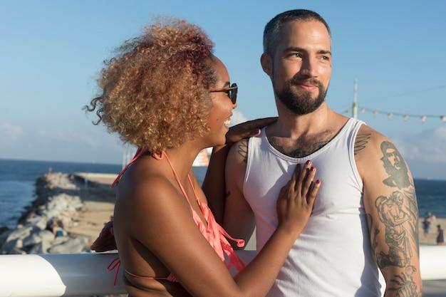Paar op zonnig strand in de zomervakantie