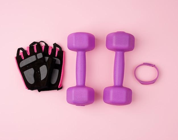 Paar paarse plastic halters en zwarte handschoenen