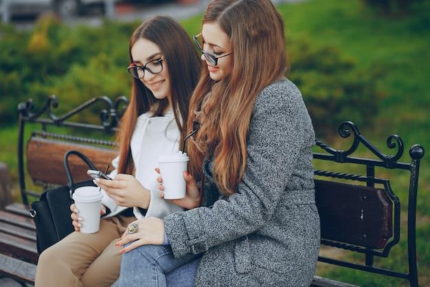 Paar park smartphone zonlicht outdoor