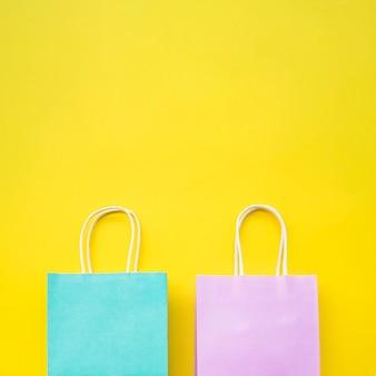 Paar pastelkleurige papieren zakken