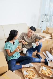 Paar pizza eten thuis