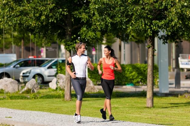 Paar plezier doen fitness sport in de stad