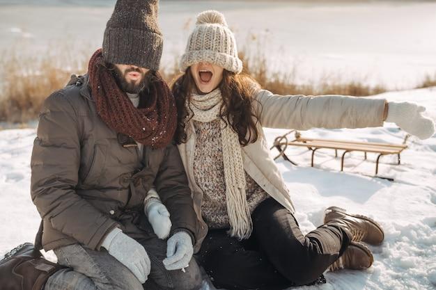 Paar plezier in de winter buitenshuis