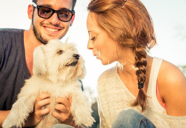 Paar plezier met hun hond