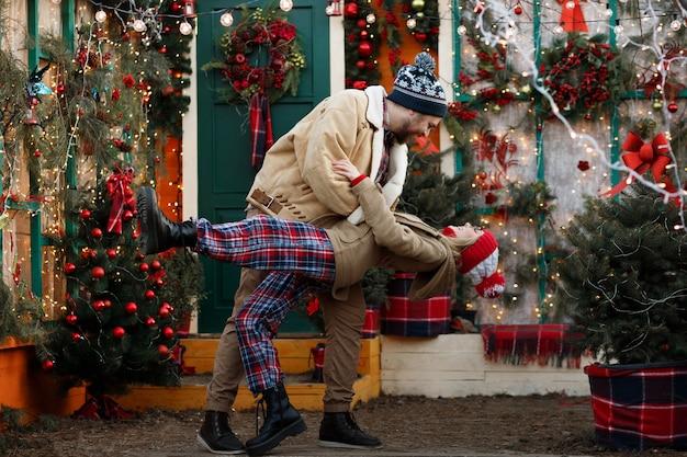 Paar plezier met kerstmis thuis