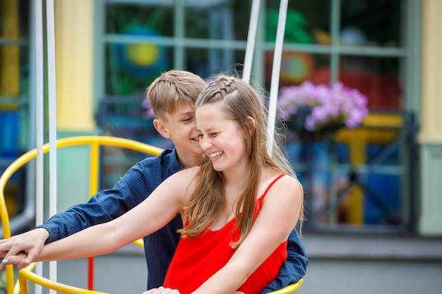 Paar plezier op een schommel in het park