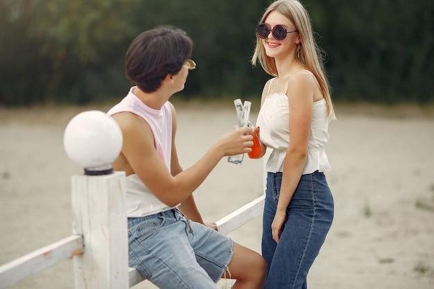 Paar plezier op een strand met drankjes