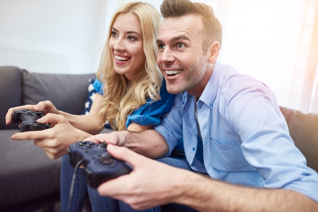 Paar plezier tijdens het spelen van videogames