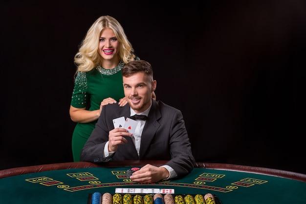 Paar pokeren aan tafel