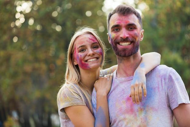 Paar poseren gezellig op festival