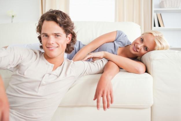 Paar poseren in hun woonkamer