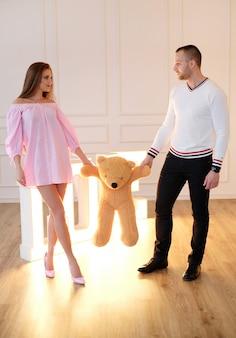 Paar poseren met een teddybeer