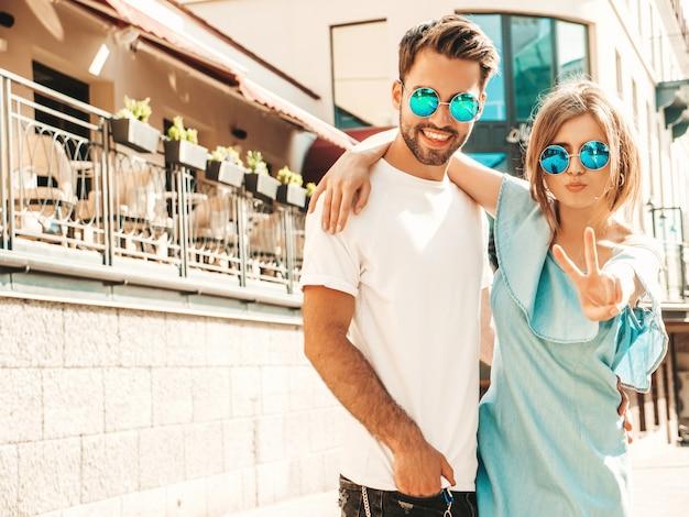 Paar poseren op straat in zonnebril