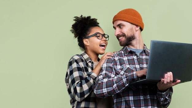 Paar poseren terwijl laptop