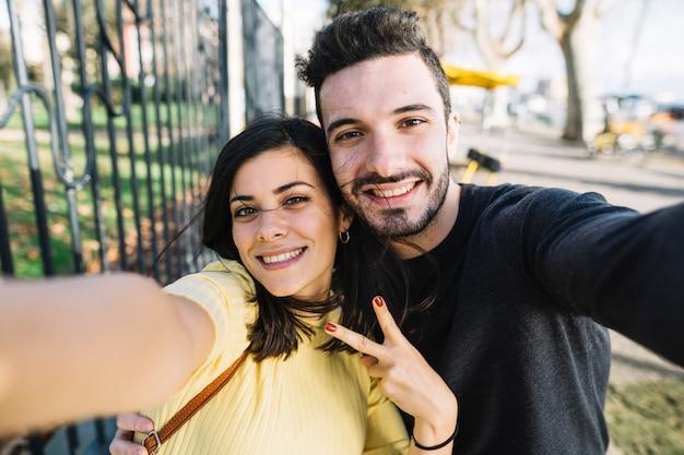 Paar poseren voor een selfie