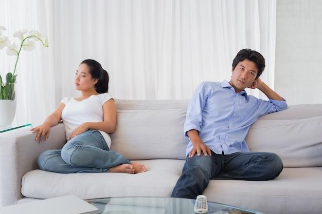 Paar praat niet na een geschil op de bank