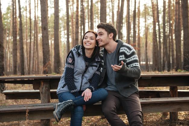 Paar praten in het bos