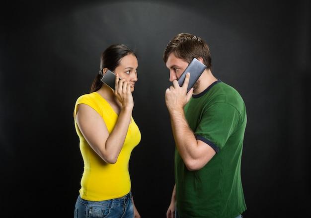 Paar praten via telefoons