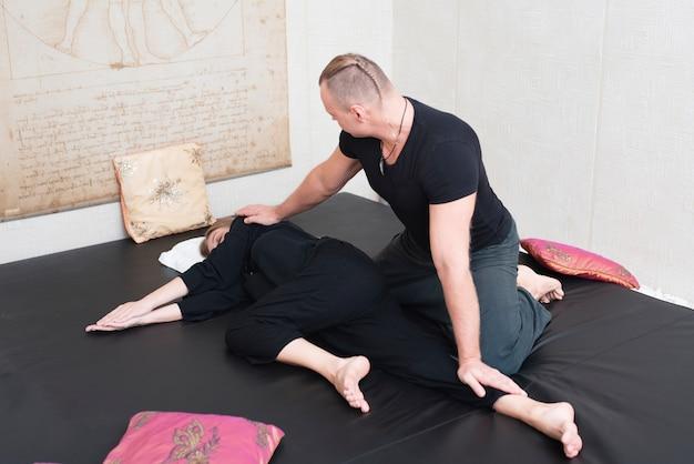 Paar proberen ontspannende spa-therapie