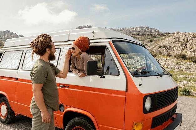 Paar reizen met de auto